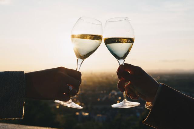 Weingläser mit Sonnenuntergang