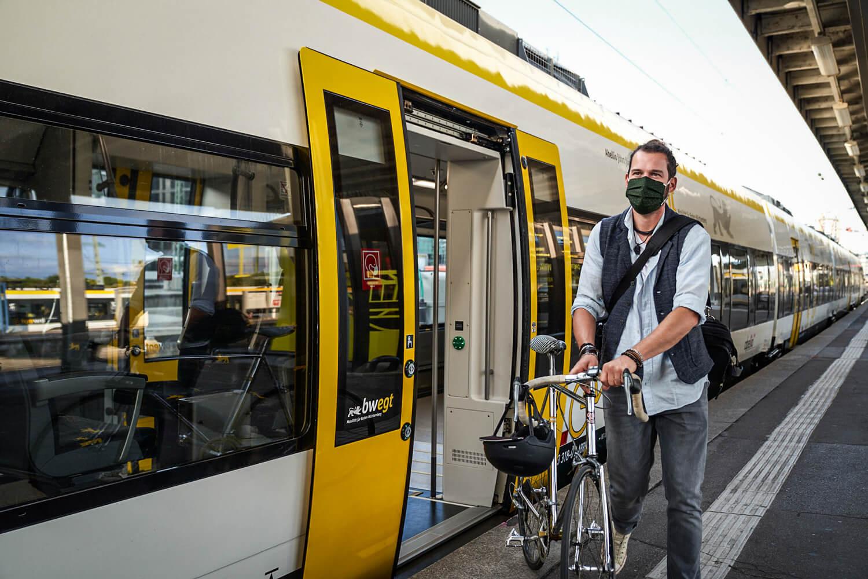 BWEgt: Radfahrer am Bahnsteig